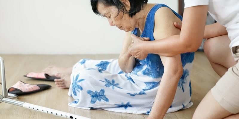 Comment faire face à la chute d'une personne âgée ?