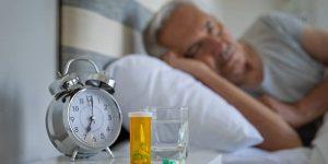 Homme âgé qui ne trouve pas le sommeil
