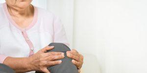 Une personne âgée qui a mal au genous